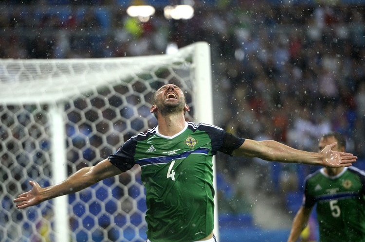 epa05370166 Gareth McAuley of Northern Ireland celebrates after scoring the 1-0 goal during the UEFA EURO 2016 group C preliminary round match between Ukraine and Northern Irland at Stade de Lyon in Lyon, France, 16 June 2016. (RESTRICTIONS APPLY: For editorial news reporting purposes only. Not used for commercial or marketing purposes without prior written approval of UEFA. Images must appear as still images and must not emulate match action video footage. Photographs published in online publications (whether via the Internet or otherwise) shall have an interval of at least 20 seconds between the posting.) EPA/CJ GUNTHER EDITORIAL USE ONLY Dostawca: PAP/EPA.