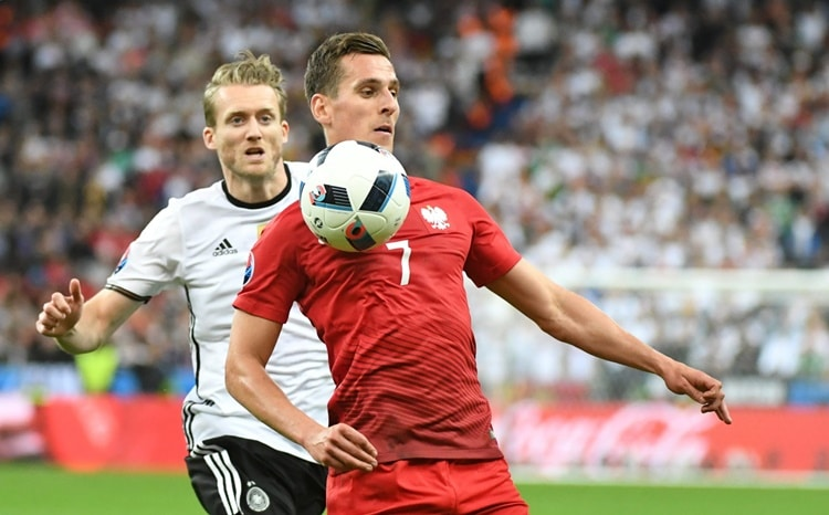 St. Denis, Francja, 16.06.2016. Polak Arkadiusz Milik (P) i Andre Schurrle (L) z Niemiec podczas meczu w grupie C pi³karskich mistrzostw UEFA Euro 2016 na Stade de France w podparyskim St. Denis, 16 bm. (jkm) PAP/Bart³omiej Zborowski *** EDITORIAL USE ONLY / Images must appear as still images and must not emulate match action video footage. Photographs published in online publications (whether via the Internet or otherwise) shall have an interval of at least 20 seconds between the posting.