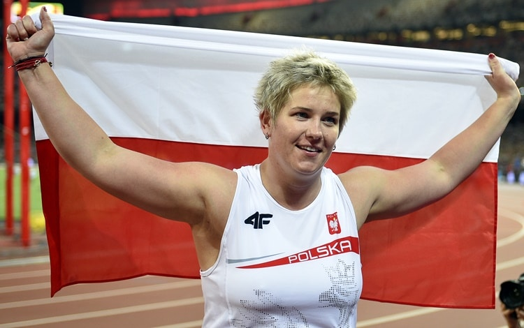 epa04900292 Poland's Anita Wlodarczyk celebrates after winning the gold medal in the women's Hammer Throw final of the Beijing 2015 IAAF World Championships at the National Stadium, also known as Bird's Nest, in Beijing, China, 27 August 2015. Wlodarczyk set a new championship record with 80.85m. EPA/FRANCK ROBICHON